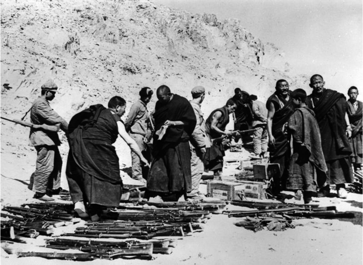 中共於1950年派兵佔領了西藏,開始強力迫害藏傳佛教。(AFP/Getty Images)