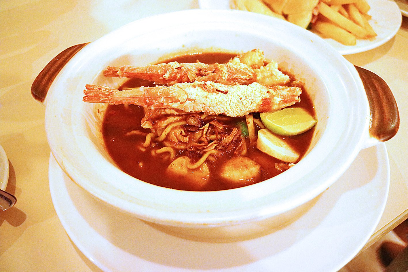 馬來炸大蝦醬麵,蝦夠大又新鮮,麵條拌當地特色醬料,口味帶濃。(安兒)