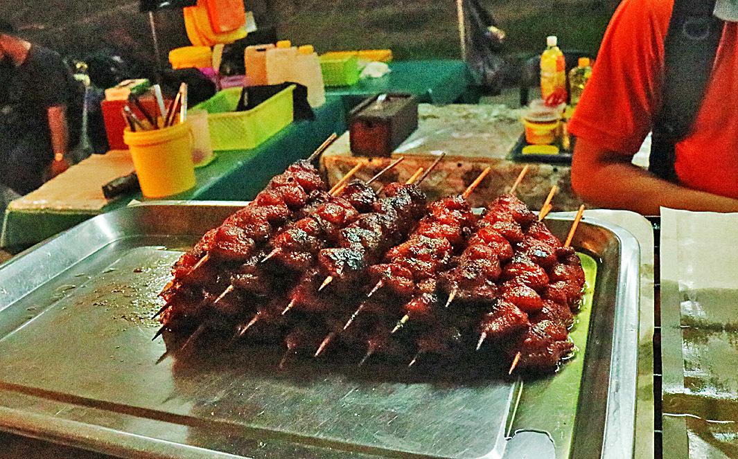 燒雞屁股: 這是文萊人最愛吃的小吃,加濃油和蜜糖以大火燒烤。 (一些當地小販用港式叉燒醬先腌製再燒,口感就好像吃肥叉,略帶彈牙!)(安兒)