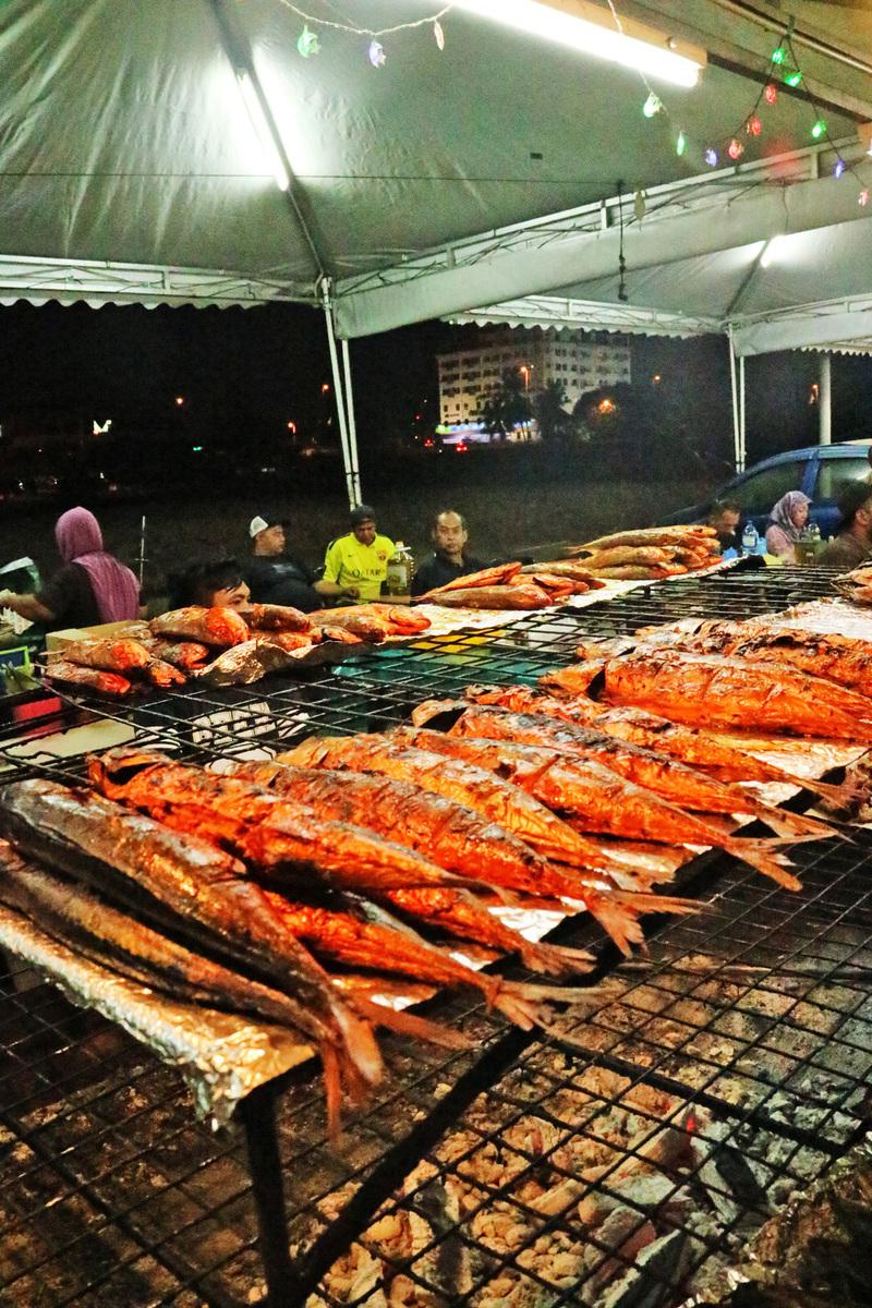 燒魚:沙爹串燒大家就吃的多,有沒有試過這麽大條的沙爹燒魚?它是用很多特殊香料制作的。(一整條沙爹魚,你試過未?)(安兒)