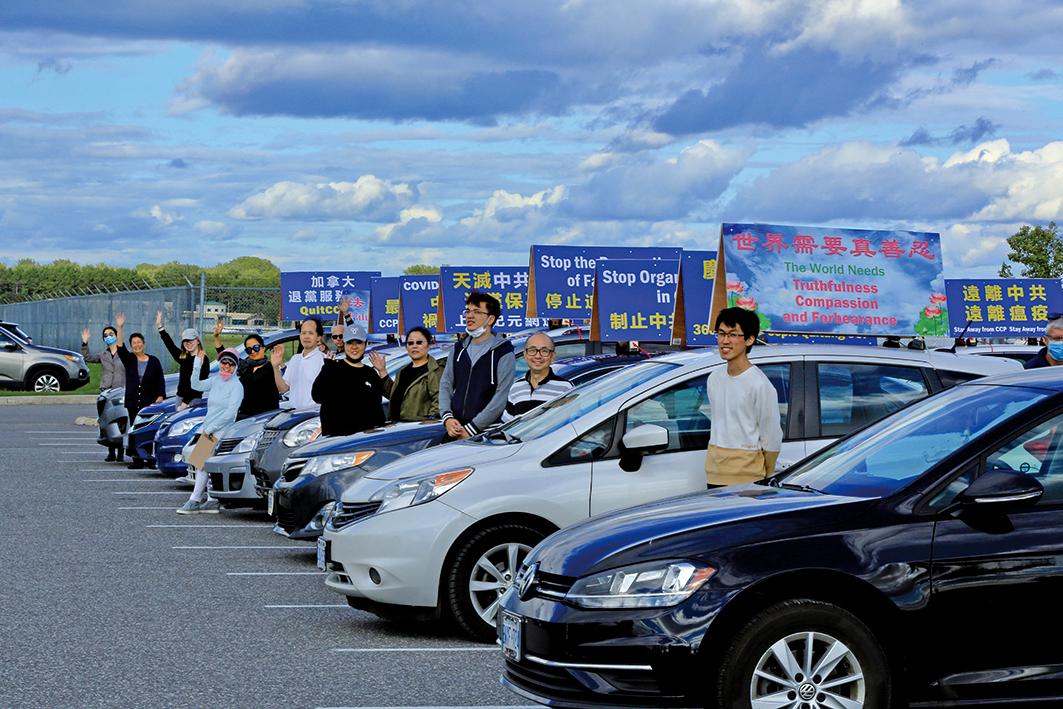 一些渥太華民眾了解法輪功真相後加入到傳播真相的行列,圖為退黨中心汽車遊行出發前,人們整裝待發。(任僑生/大紀元)