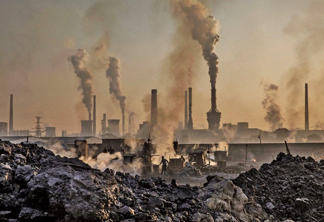 8月20日,中共遼寧省國資委向鞍鋼無償劃轉其所持本鋼的51%股權。劃轉之後,鞍鋼持有本鋼51%的股權,本鋼成為鞍鋼的控股子公司。圖為2016年11月4日內蒙古一家鋼鐵廠。(Kevin Frayer/Getty Images)