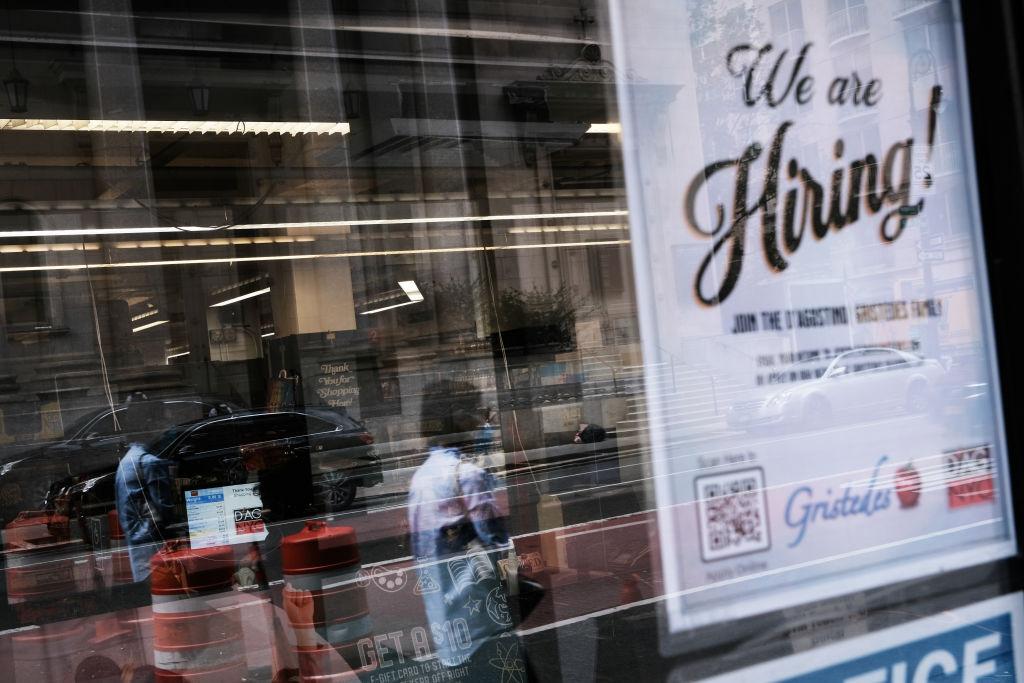 美國於當地時間8月26日公布一周截至21日的首領失業救濟金人數為35.3萬,按周增加了4,000人。(Spencer Platt/Getty Images)