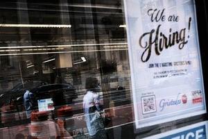 美首領失業救濟人數遜預期 連降4周後反彈至35.3萬人