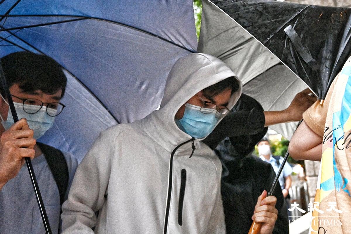 港大學生容頌禧(中)因出席7月7日港大學生會評議會會議,通過哀悼梁健輝議案,被控「宣揚恐怖主義」,今日(27日)獲高等法院批准保釋。(宋碧龍/大紀元)