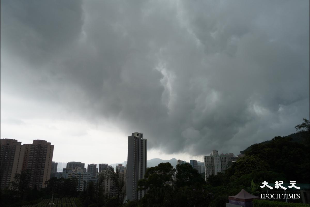 今日(29日),天文台在上午10時05分發出黃色暴雨警告信號,在中午12時15分取消黃色暴雨警告信號。(余鋼/大紀元)