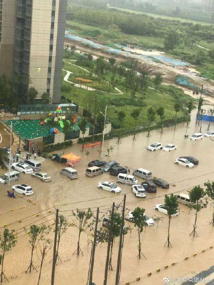 河南鄭州再遇連續暴雨,部份地區再成澤國。(網路圖片)