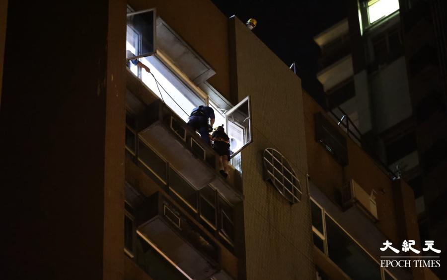 【突發】凌晨女子攀出窗口危坐 消防合力抱回 事主拒絕送院