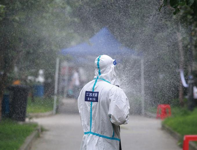 8月11日,揚州防疫人員在消毒。(Getty Images)