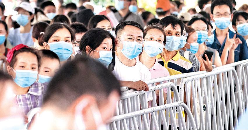 7月21日,江蘇省南京市,居民排隊接受中共病毒(COVID-19)核酸檢測。(AFP)