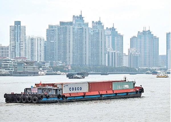 3月5日上海黃浦江沿岸運輸貨櫃。(AFP)