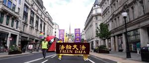 法輪功學員疫情後首次遊行 震撼英國民眾