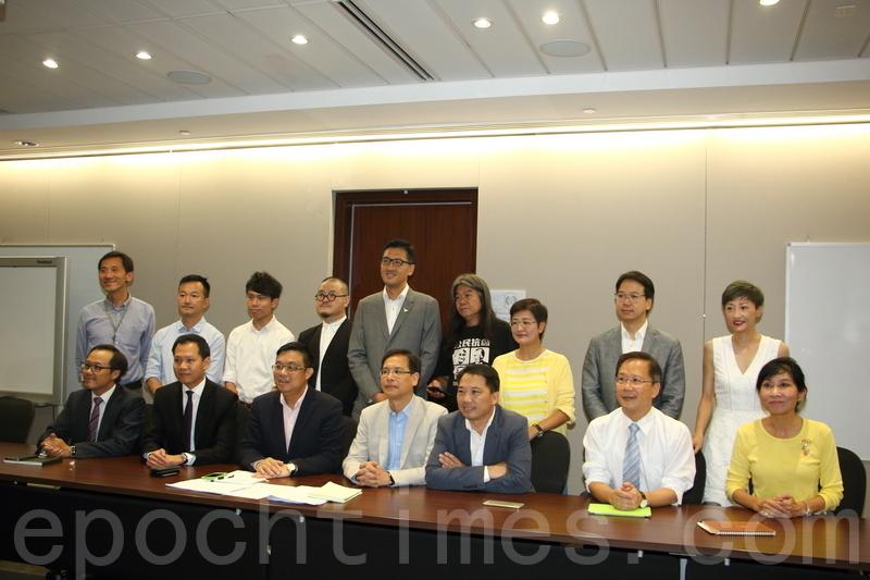 21名非建制派候任立法會議員昨日開會,同意成立合作平台。並決定由民主黨涂謹申參選立法會大會主席。(蔡雯文/大紀元)