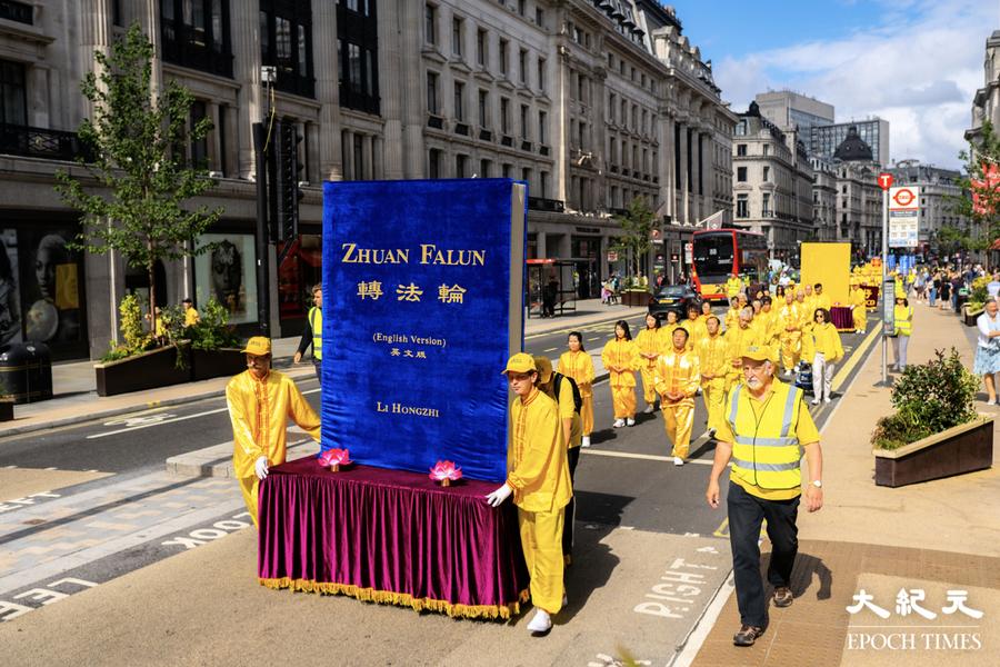 英國法輪功學員疫情後首大型遊行 吸引倫敦市民觀看(多圖)