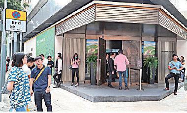 南豐旗下新盤香島開放示範單位,門前大批經紀等候散客上門。(余鋼/大紀元)