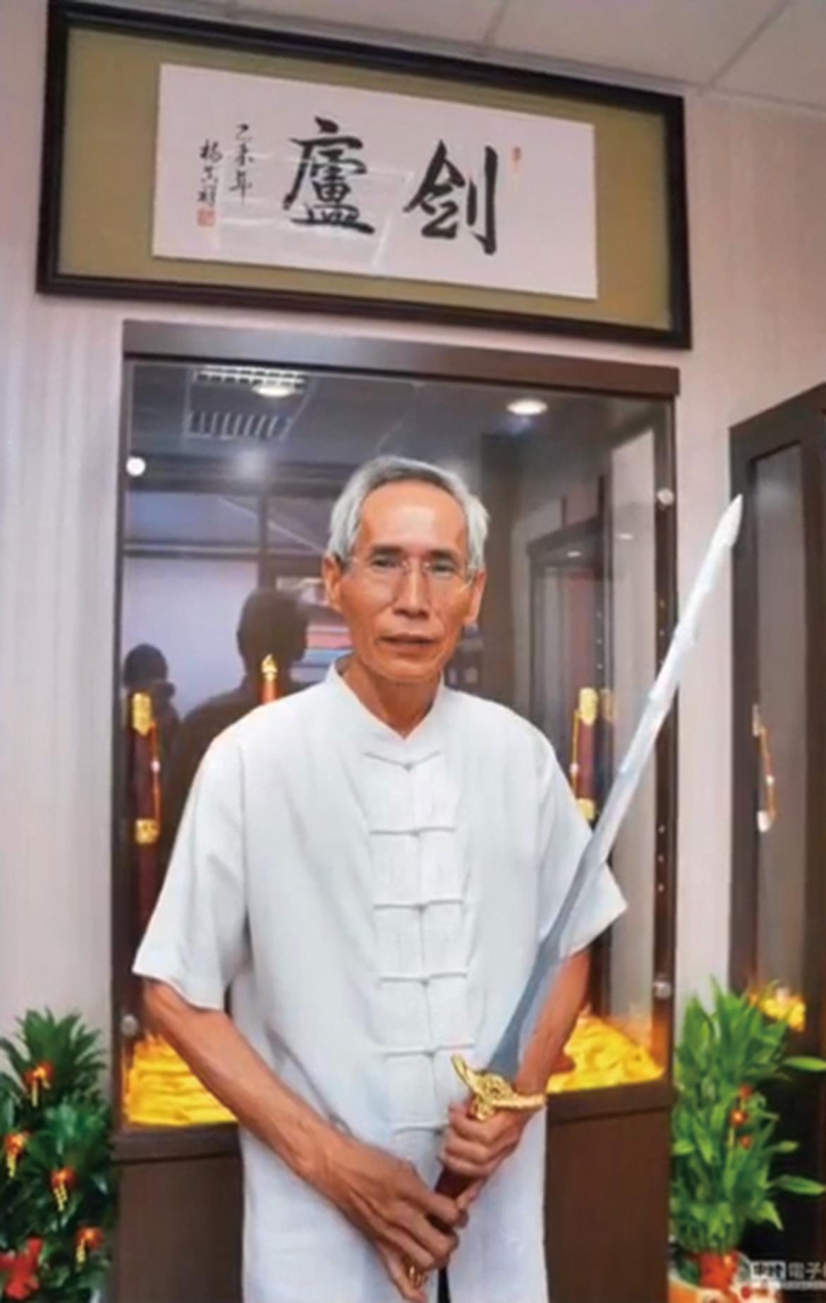 陳世聰與他所鑄成的七星劍。(未解之謎影片截圖)