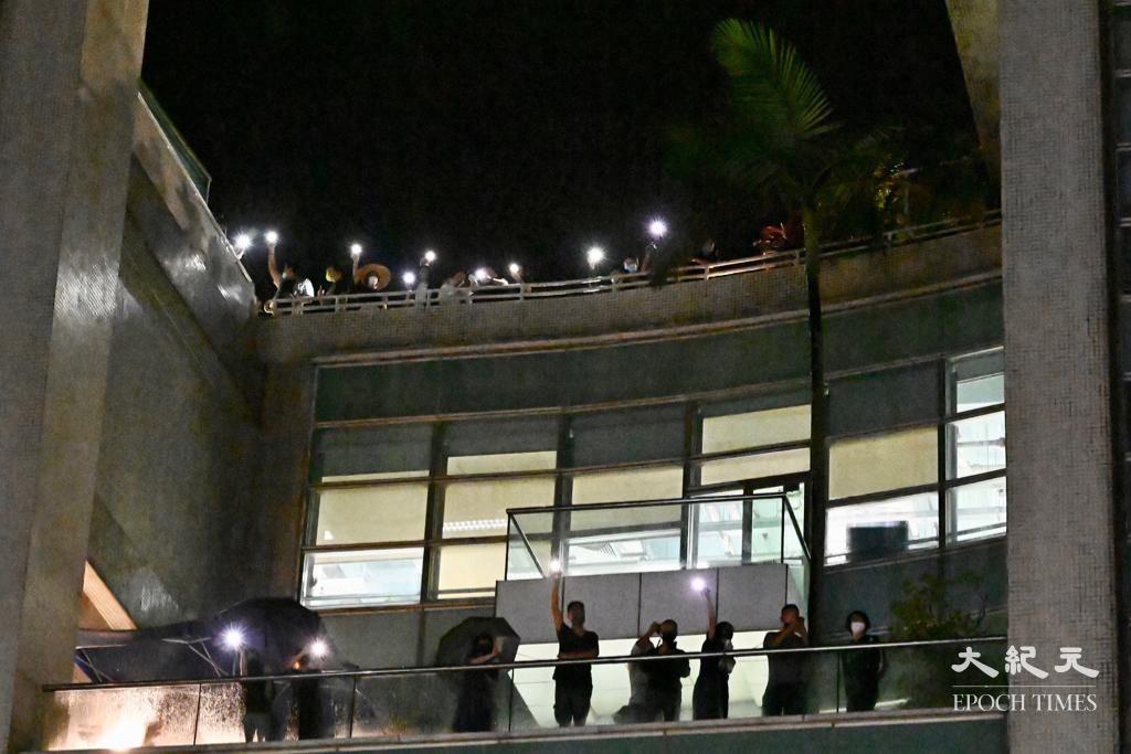 蘋果前員工創辦的《壹報》及《競馬》昨日(1日)出版創刊號。圖為2021年6月24日,蘋果員工在蘋果大樓以燈光呼應前來支持的市民。(宋碧龍 / 大紀元)