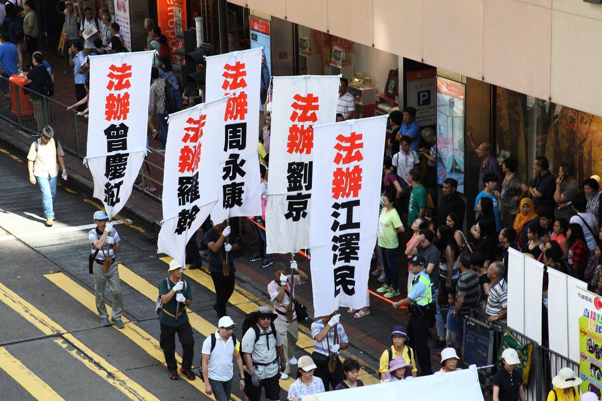 十月一日是中共窃国建政67周年,过千名香港及来自东南亚地区及国家的法轮功学员在香港举行反迫害集会游行,声援2亿5千万中国民众退出中共组织,壮观的游行退伍震撼许多大陆游客,有的当场表示加入三退大潮。(潘在殊/大纪元)