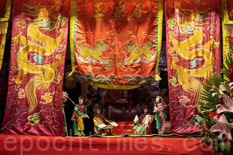 玉梨春潮劇團在西貢區盂蘭勝會期間公演鐵枝木偶戲,是繼2013年後,第二次上演木偶戲。(陳仲明/大紀元)