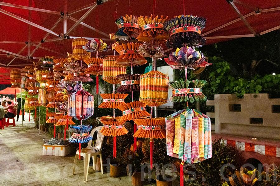 西貢區盂蘭勝會在現場舉辦多場紙紮工作坊。圖為學員即場製成的作品。(陳仲明/大紀元)