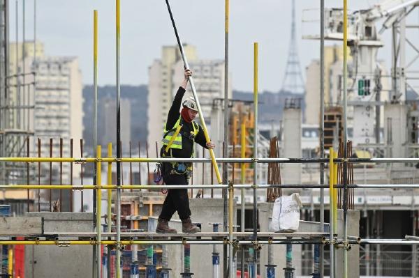 英建築業活動顯著降溫 原材料和技能嚴重短缺
