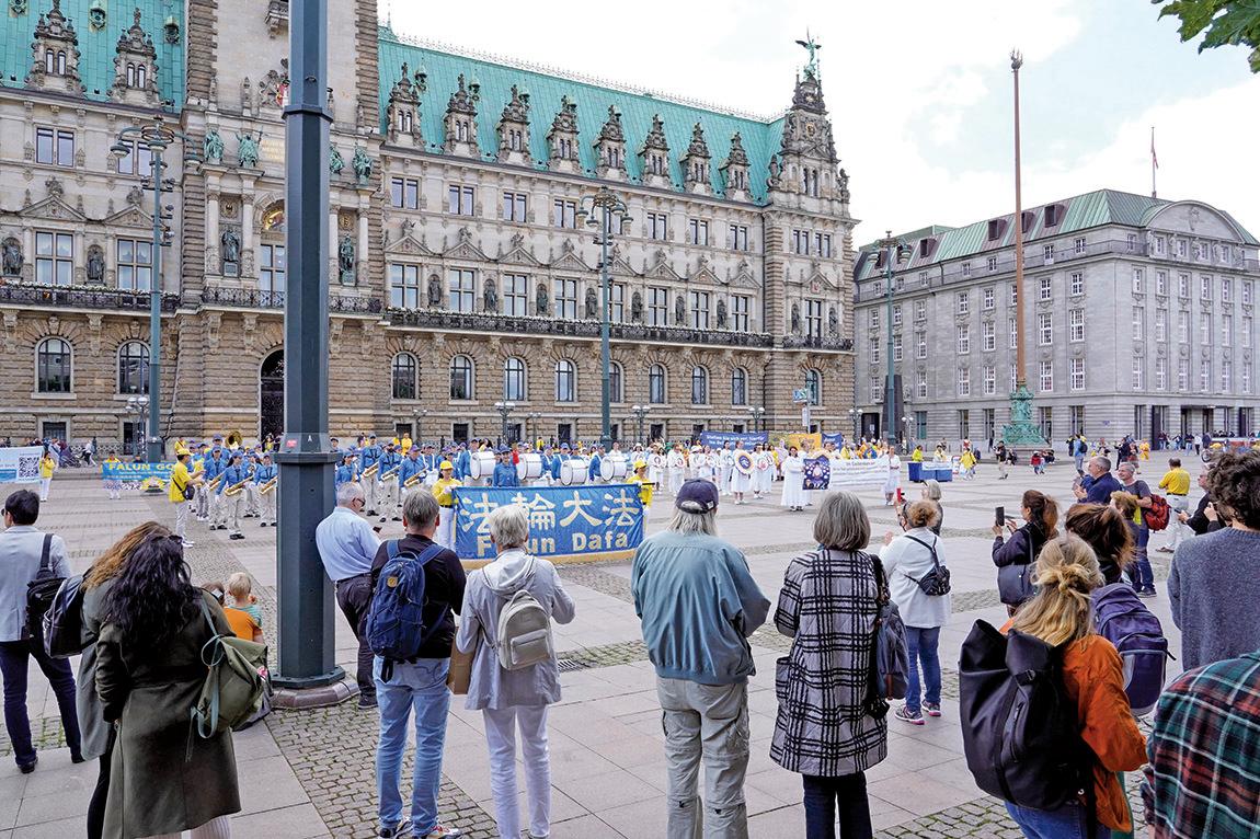 9月4日,德國和周邊國家的部份法輪功修煉者在全球最大貨運中轉港之一漢堡的市政廳前集會,呼籲公眾幫助制止中共對法輪功長達22年的迫害。(曹工/大紀元)