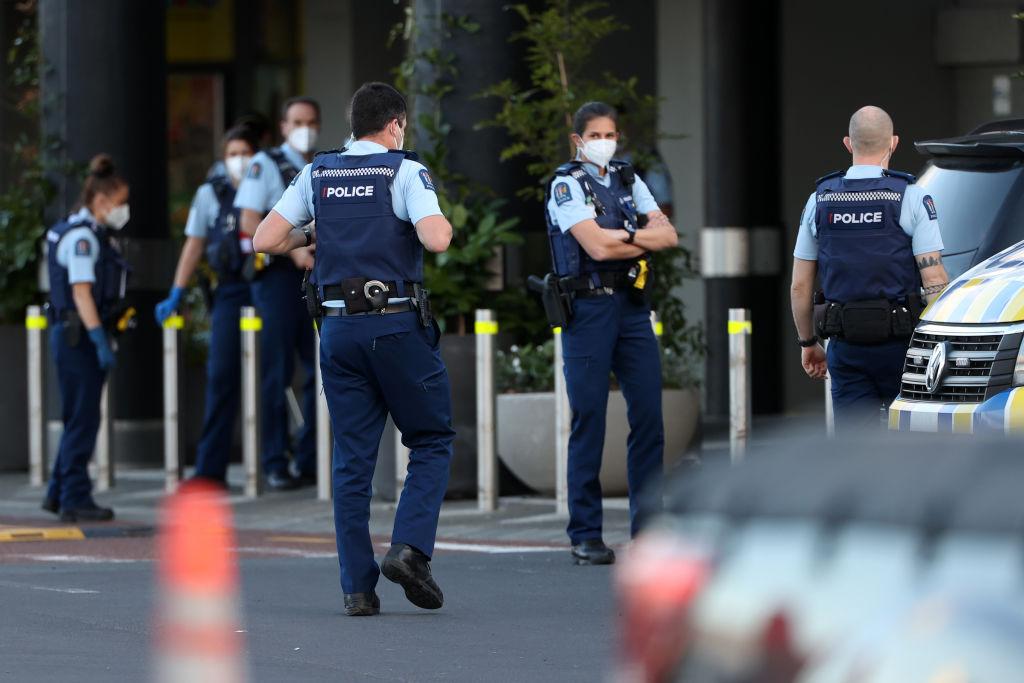紐西蘭奧克蘭9月3日下午發生了一宗恐怖襲擊,一名斯里蘭卡籍恐怖份子在一家超市造成7人受傷後被警方擊斃。該恐怖份子被披露利用偽造文件獲得了紐西蘭難民身份。圖為9月3日當天在事發現場的警察。(Fiona Goodall/Getty Images)