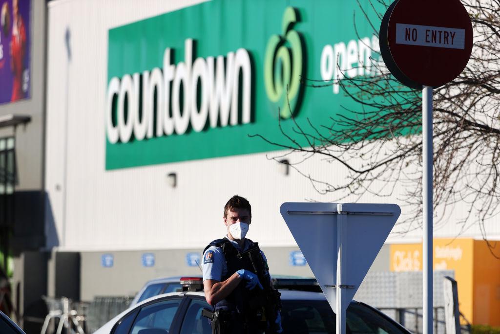 奧克蘭9月3日下午發生了一宗恐怖襲擊,一名斯里蘭卡籍恐怖份子在一家超市造成7人受傷後被警方擊斃。圖為事發第二天,在事發地點Countdown超市附近巡邏的武裝警察。(Fiona Goodall/Getty Images)