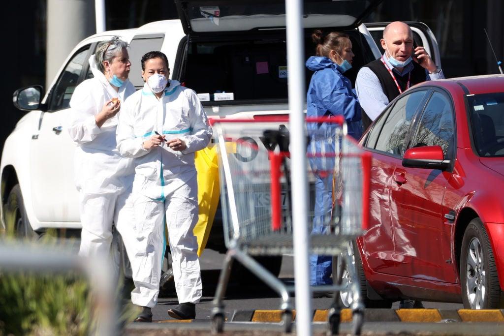 奧克蘭恐襲發生後第二天,9月4日,警方的司法鑑定人員準備進入恐襲案事發地Countdown超市。(Fiona Goodall/Getty Images)