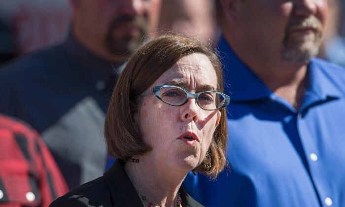 俄勒岡州州長布朗(Kate Brown)因要求州行政部門員工接種疫苗而遭起訴。(Getty Images)