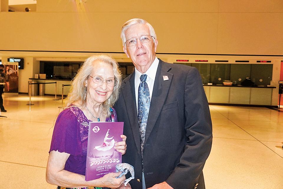 退休歌唱家、聲樂工作室創辦人Judith Ritchie(左)與朋友。(文燁/大紀元)