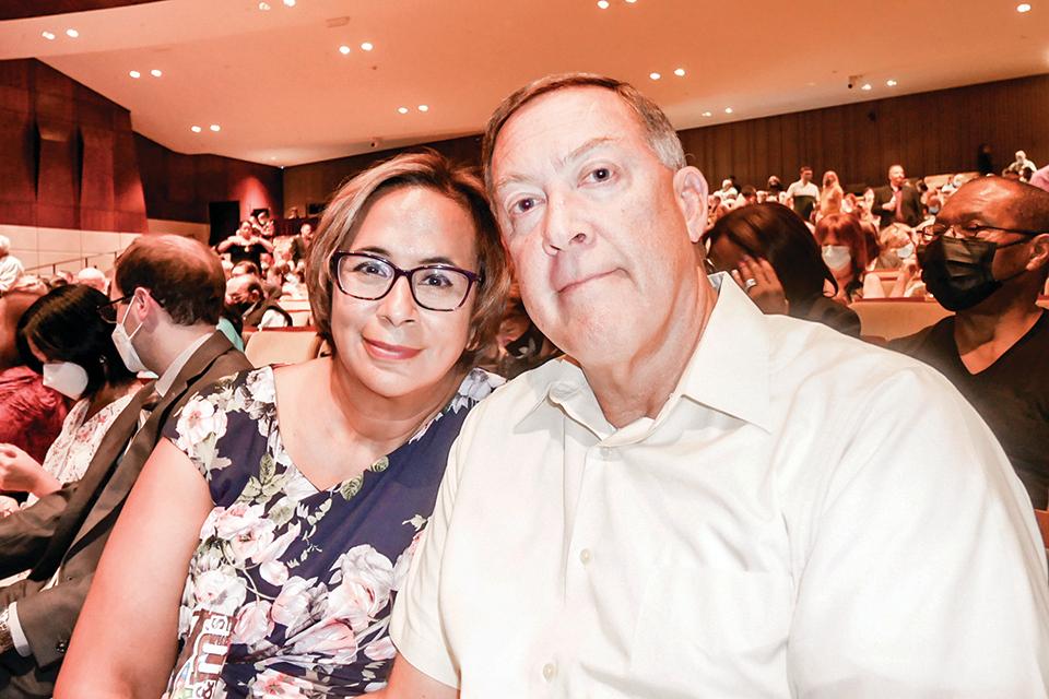 公司總監Terry Koenn和太太Sabrina Koenn。(李辰/大紀元)