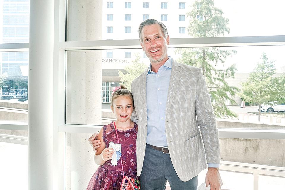 大型跨國金融公司的高管Stephen Weeden和女兒。(文燁/大紀元)
