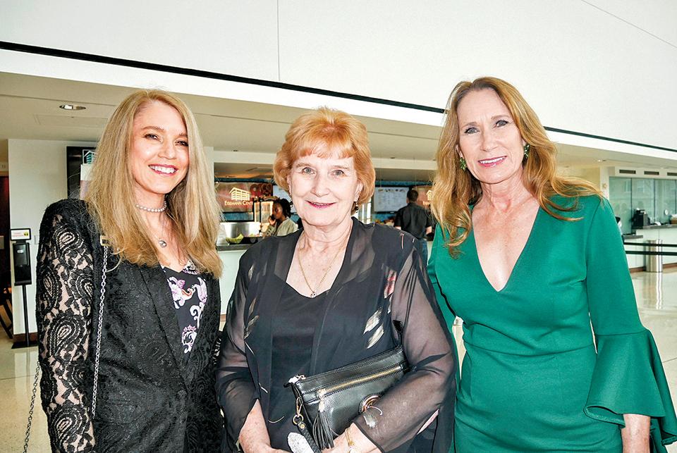 跨國公司副總裁Gayla Sullivan(左)和姐姐(右),以及母親(中)。(李辰/大紀元)