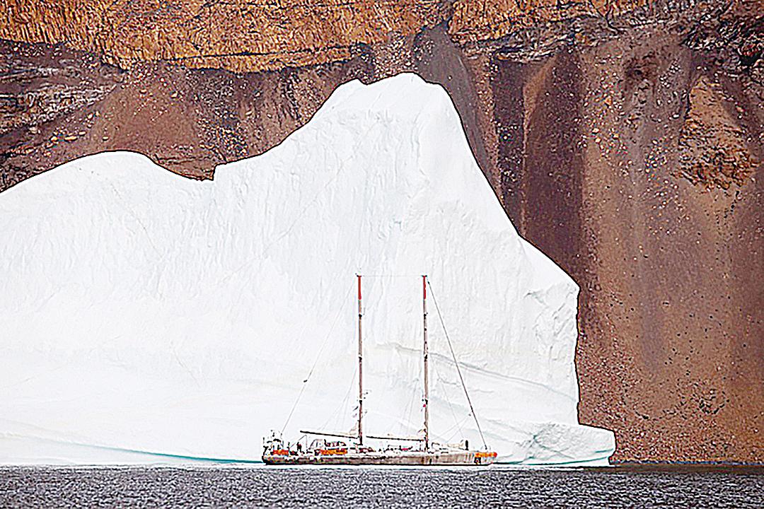 格陵蘭融冰量較預料更多。圖為塔拉研究海洋帆船經過格陵蘭島東岸冰山。 (AFP)