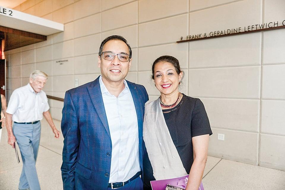 跨國企業北美副總裁Swati Hede女士和朋友Sherman Crabal先生。(文燁/大紀元)