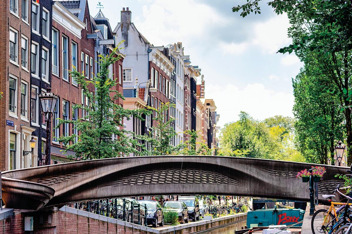 首座三維打印的鋼製橋樑橫跨在阿姆斯特丹市奧德濟茲‧阿赫特堡瓦爾運河上。 (Shutterstock)