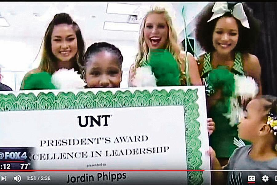 美8歲女孩視頻走紅 意外獲大學獎學金