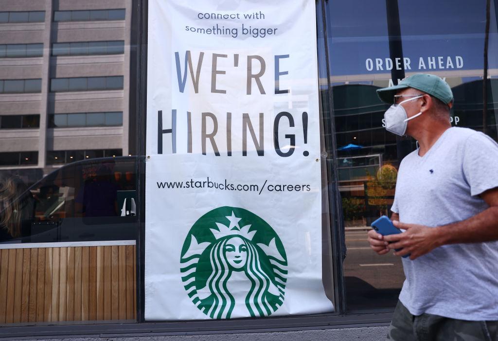 美國於當地時間9月9日公布一周截至4日的首領失業救濟金人數為31.0萬,按周減少了3.5萬人。(Mario Tama/Getty Images)