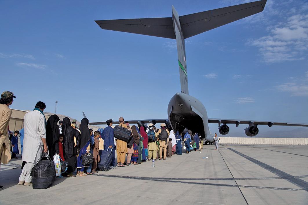 8月24日,在阿富汗喀布爾國際機場,從阿富汗撤離的乘客登上了美國空軍C-17。圖片由美國中央司令部公共事務部提供。(U.S. Air Forces)