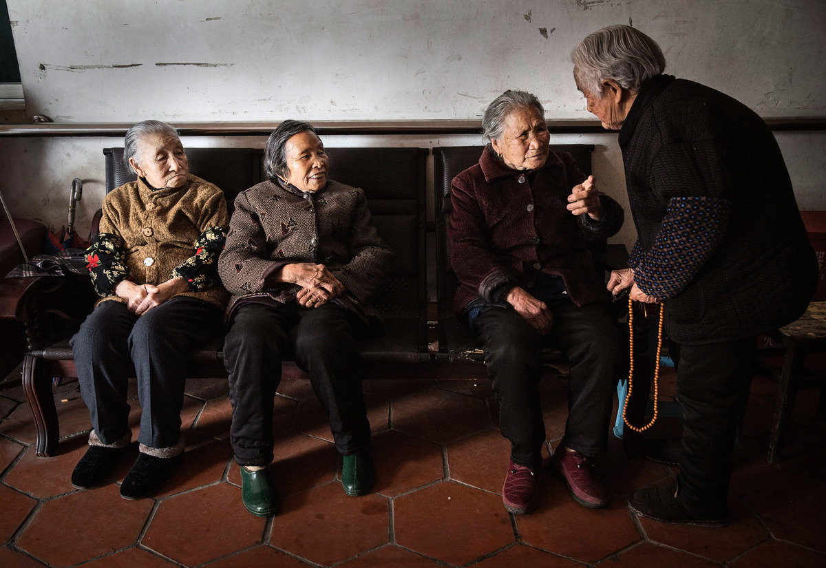 老齡化將會給社會帶來人和財兩個方面的影響,一是勞動力供給下降,二是養老負擔加重。圖為中國老年居民。(Kevin Frayer/Getty Images)