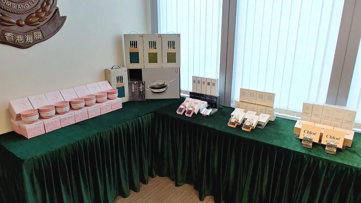 部份檢獲的懷疑冒牌物品,包括香水、化妝品和廚具。(政府新聞處)