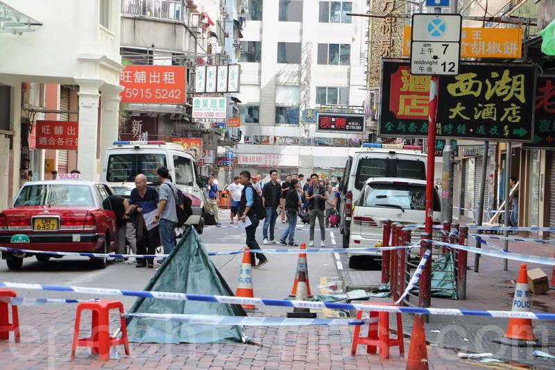 昨日油麻地發生傷人案,警方在制止時開了4槍,2名南亞裔人士中槍被捕。警方事後封鎖整條白加士街調查。(蔡雯文/大紀元)