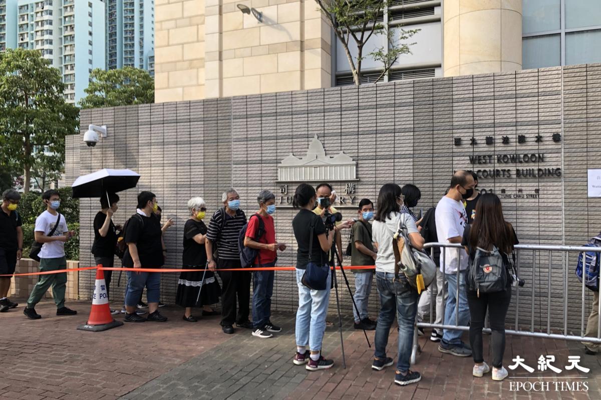 2021年9月10日早上8時許,大批香港市民在西九龍法院外排隊進入法院,旁聽支聯會被控違「國安法」案件。(張曉慧/大紀元)