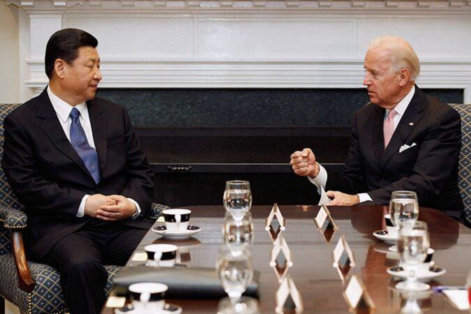 圖為2012年2月14日拜登與習近平在白宮會面。(Chip Somodevilla/Getty Images)