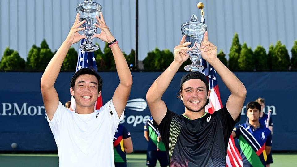香港網球手黃澤林(左)今日(12日)與法國隊友Max Westphal在美網球青少年組男雙賽事中奪得冠軍。(Pete Staples/USTA)