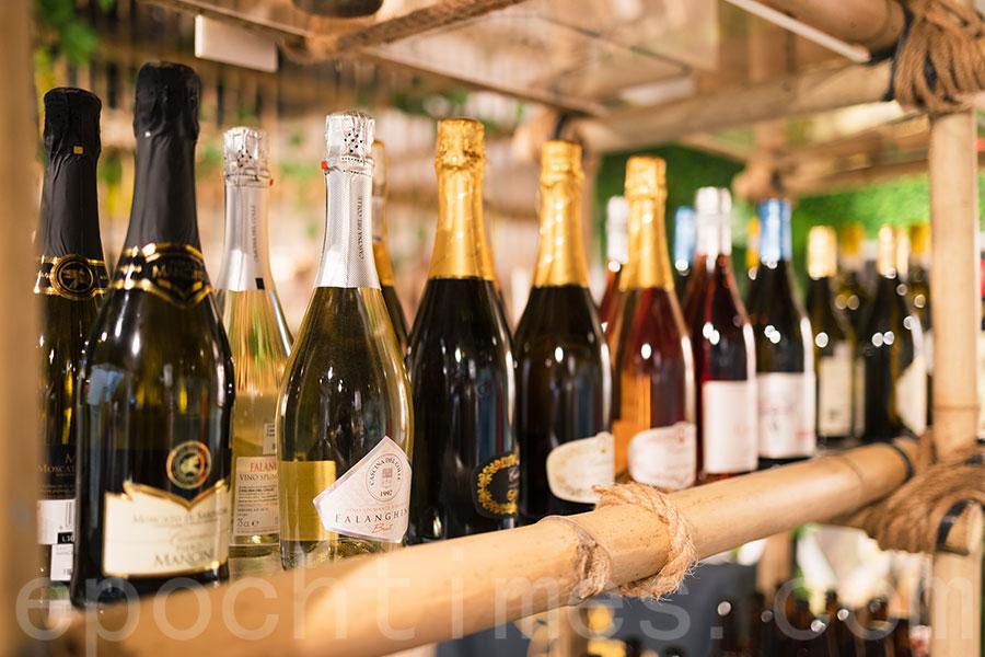 在William眼中,每一枝酒的可貴之處在於其背後的釀造過程。(陳仲明/大紀元)