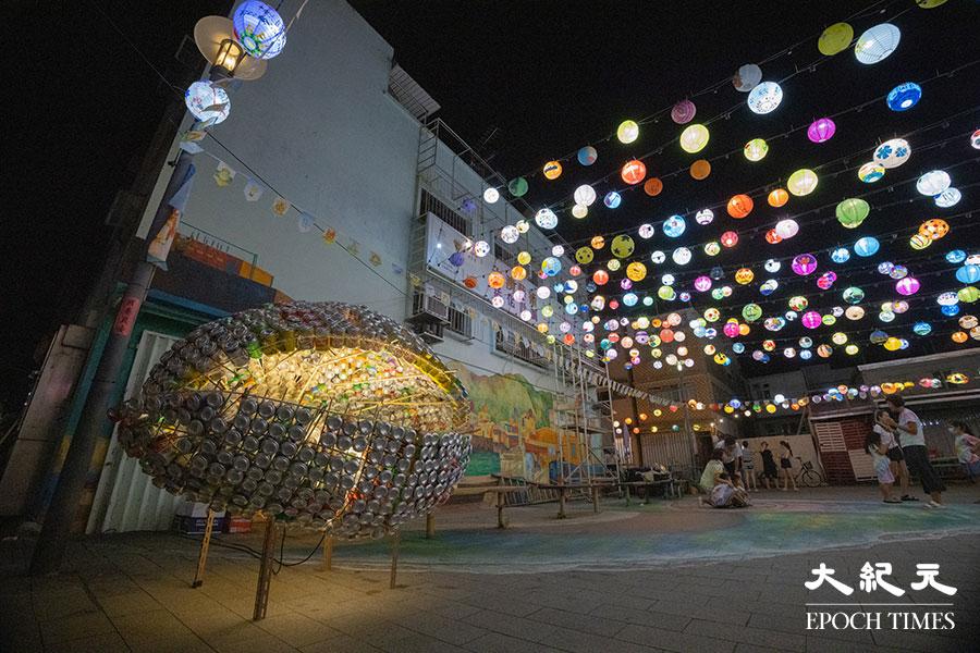 除了手繪燈籠外,主辦機構大澳非茂里每年亦會製作一個與大澳息息相關的花燈裝置,今年的花燈裝置以沙白為設計藍本。(陳仲明/大紀元)