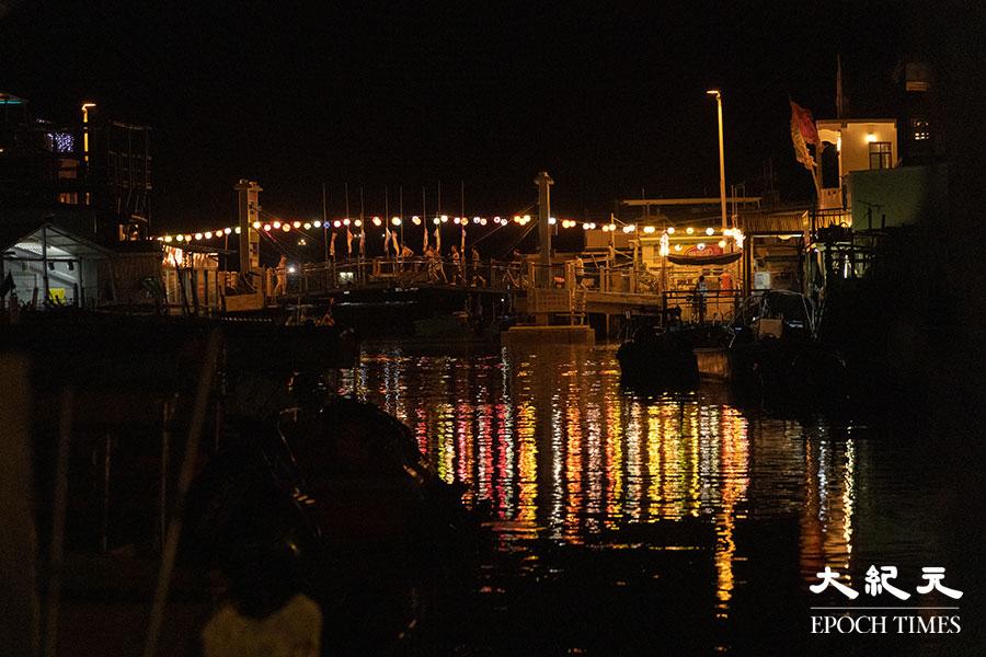 除了大澳鄉事委員會廣場和吉慶街外,今年大澳大涌橋亦掛上手繪燈籠。(陳仲明/大紀元)
