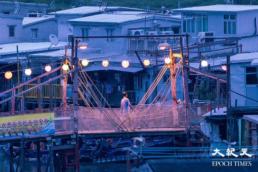 除了大澳鄉事委員會廣場和吉慶街外,今年大澳新基橋亦掛上手繪燈籠。(陳仲明/大紀元)